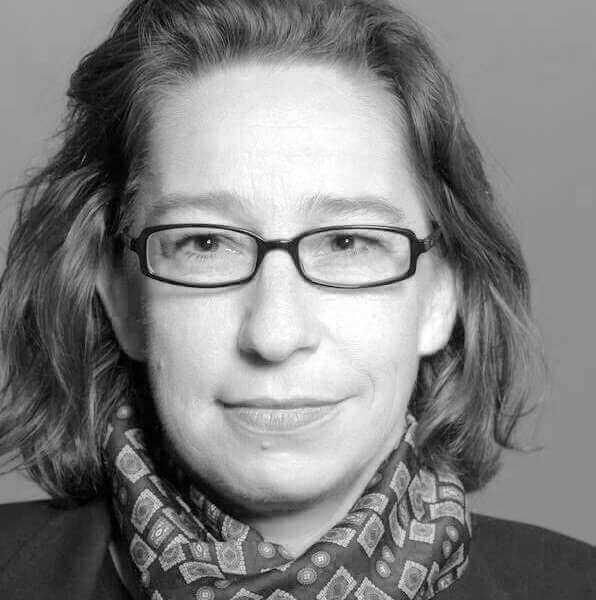 Portraitfoto von Sylke Kirschnick in Graustufen